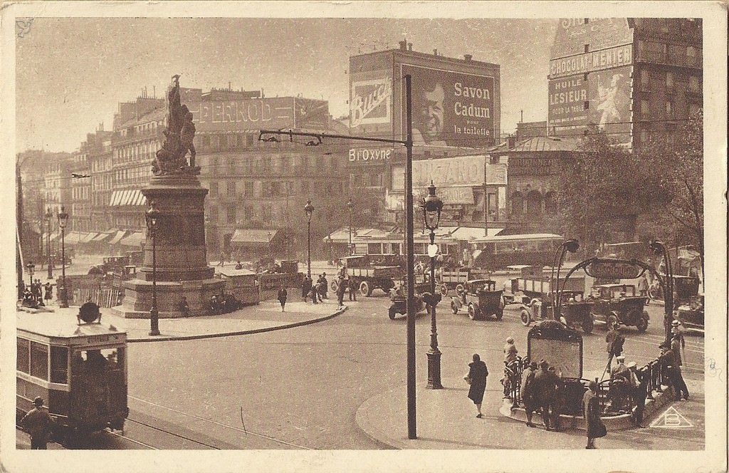 1368611738-carte-postale-Place-de-Clichy-PARIS