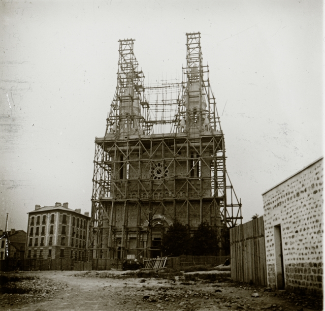 Construction de l'Eglise Sainte-Anne de la Maison-Blanche. Elle sera édifiée entre 1897 et 1912 sur une partie du terrain initialement dévolue au patronage Saint-Joseph et fourni à Paulin Enfert par un généreux bienfaiteur, Jules Nolleval.