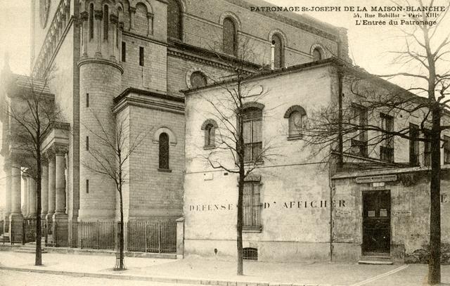 Rue Bobillot, une partie des locaux du patronage Saint-Joseph, à droite, jouxtent l'Eglise Sainte-Anne de la Maison-Blanche. Détruit dans les années 1960, les bâtiments du patronage ont laissé la place à un foyer de jeunes travailleur, le foyer Paulin Enfert.