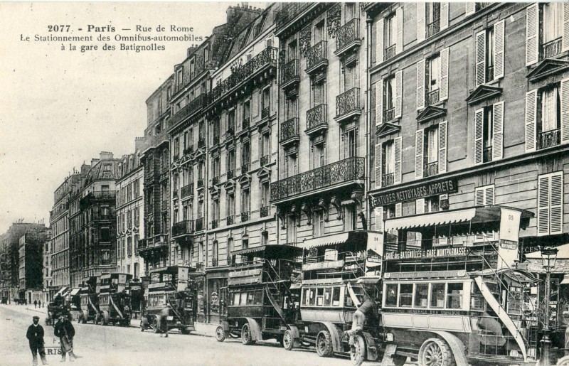 FF_2077_-_PARIS_-_Rue_de_Rome_-_Le_stationnement_des_Omnibus-automobiles_à_la_gare_des_Batignolles