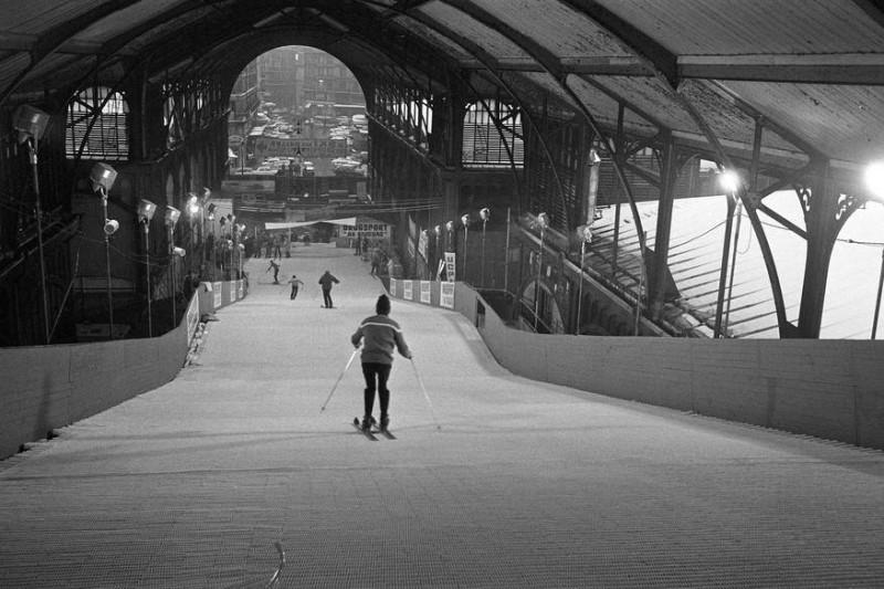 Skieurs sur une piste artificielle aménagée aux anciennes Halles Centrales de Paris 8 décembre 1969 © Josée Lorenzo / Ina