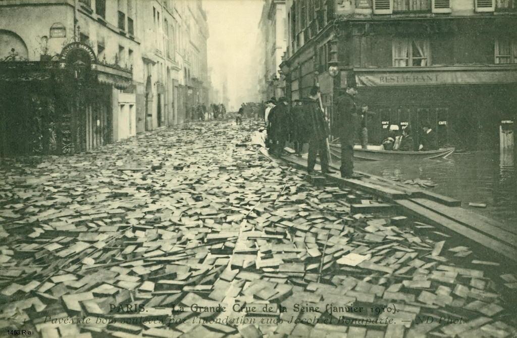 Pavés en bois descellés durant la Crue de 1910